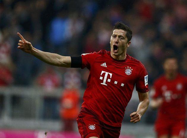 Útočník Bayernu Mnichov Robert Lewandowski se raduje po jednom z gólů do sítě Wolfsburgu.