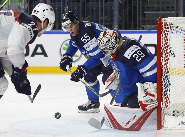 Americký hokejista Anders Lee se snaží atakovat gólmana Finska Harriho Sateriho. Situaci přihlíží a snaží se zasáhnout Fin Atte Ohtamaa.