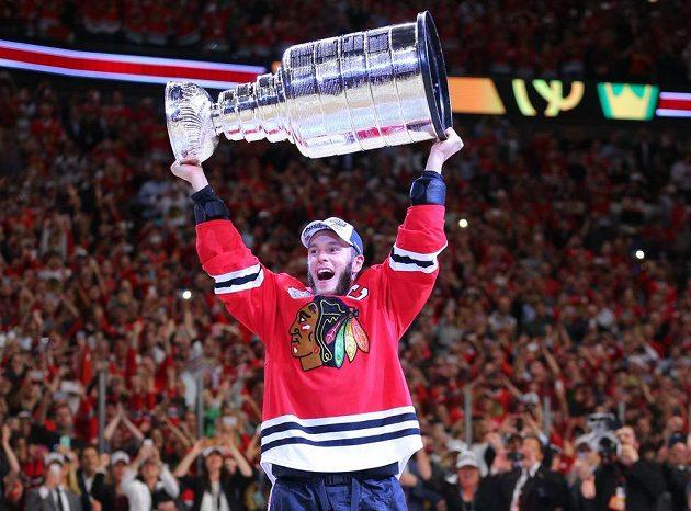 Kapitán Chicaga Blackhawks Jonathan Toews se Stanley Cupem.