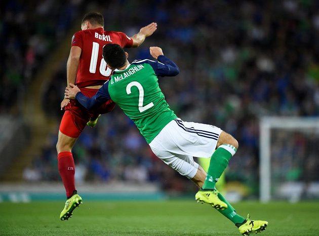 Fotbalista Severního Irska Conor McLaughlin padá k zemi po souboji s českým reprezentantem Janem Bořilem během utkání kvalifikace o postup na MS 2018.