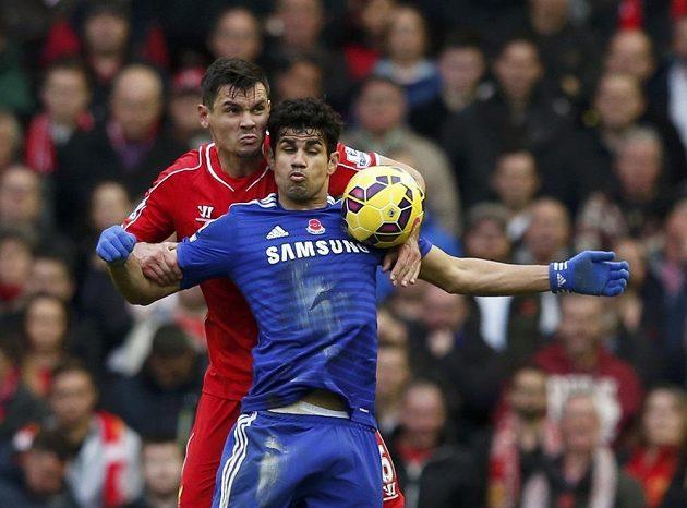 Diego Costa z Chelsea bráněný liverpoolským Dejanem Lovrenem.