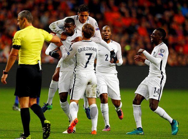 Francouzi slaví gól na hřišti Nizozemska v kvalifikaci MS. Jeho autorem byl Paul Pogba (pátý zprava).