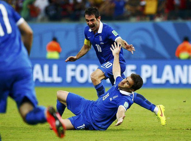 Řecký obránce Sokratis Papastathopoulos (dole) jásá se spoluhráčem Giorgosem Karagounisem nad vyrovnávacím gólem proti Kostarice v osmifinále MS.