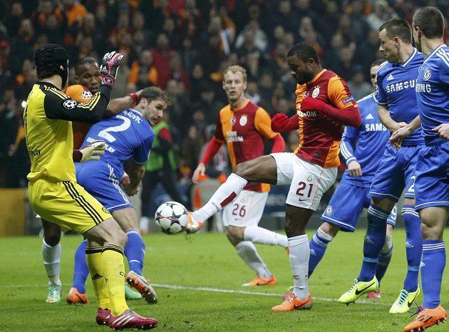 Aurelien Chedjou z Galatasaraye Istanbul střílí gól brankáři Chelsea Petru Čechovi.