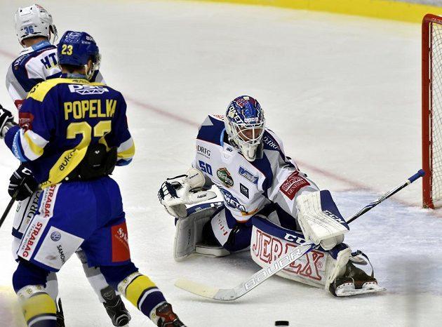 Před brankářem Brna Karlem Vejmelkou jsou jeho spoluhráč Jakub Krejčík a Michal Popelák ze Zlína.