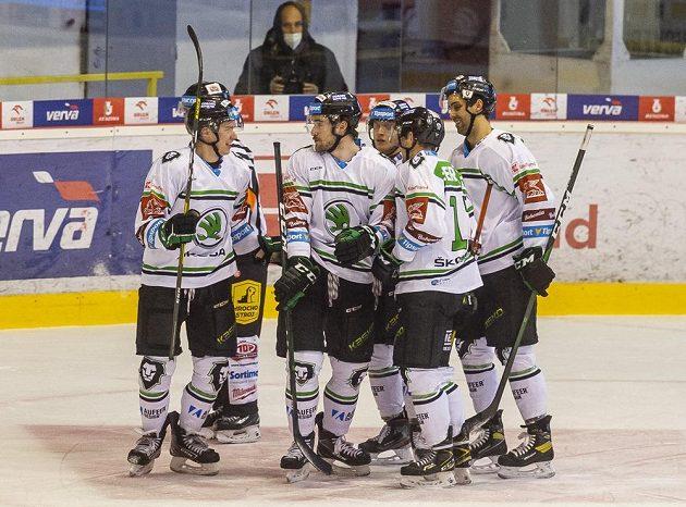 Hráči Mladé Boleslavi se radují z gólu v Litvínově.