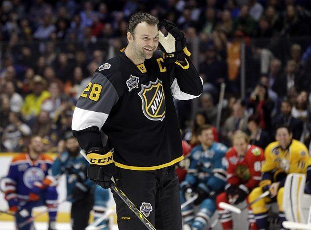 Kapitán Pacifické divize John Scott (28) naslouchá divákům, jak má zakončit nájezd při dovednostních soutěžích NHL.