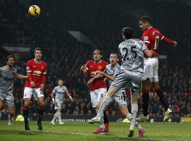 Střídající Chris Smalling (zcela vpravo) z Manchesteru United střílí hlavou gól do sítě Burnley.