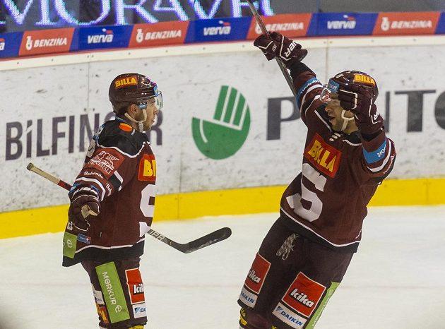 Zleva Matúš Sukeľ ze Sparty a Andrej Kudrna ze Sparty se radují ze závěrečného gólu v utkání s Litvínovem.