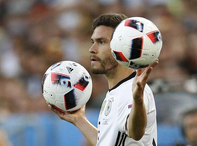 Který míč mám vybrat, jako by váhal německý reprezentant Jonas Hector při autovém vhazování.