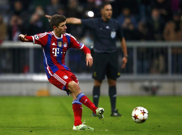 Thomas Müller z Bayernu Mnichov proměňuje penaltu v utkání Ligy mistrů proti CSKA Moskva.