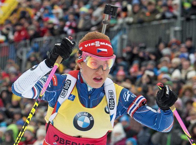 Gabriela Koukalová na startu nedělního závodu v Oberhofu.