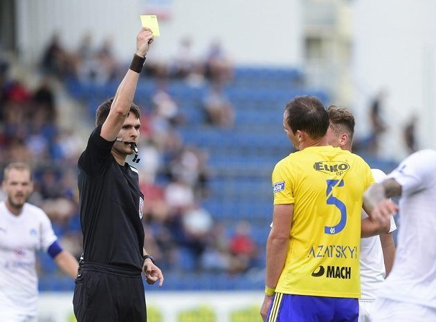 Hlavní sudí Radek Dubravský v akci - Oleksandr Azackij ze Zlína vidí žlutou kartu.
