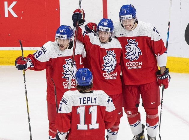 Jan Myšák (19), Martin Lang (10), Martin Haš (7) a Michal Teplý (11) se radují po jedné z branek proti Rakousku.