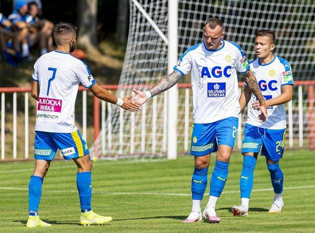 Zleva Patrik Žitný z Teplic, Jan Knapík z Teplic a Matyáš Kozák z Teplic se radují z gólu.