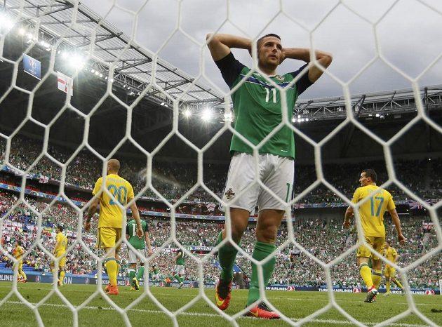 Fotbalista Severního Irska Conor Washington po neproměněné šanci.