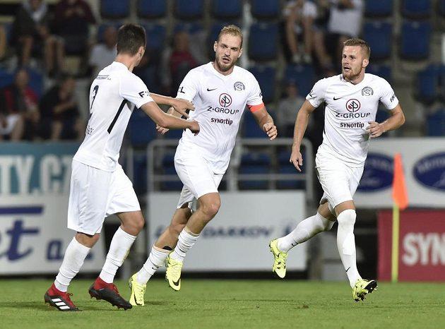 Vlastimil Daníček (uprostřed) ze Slovácka se raduje se spoluhráči z gólu proti Slavii na 1:3.