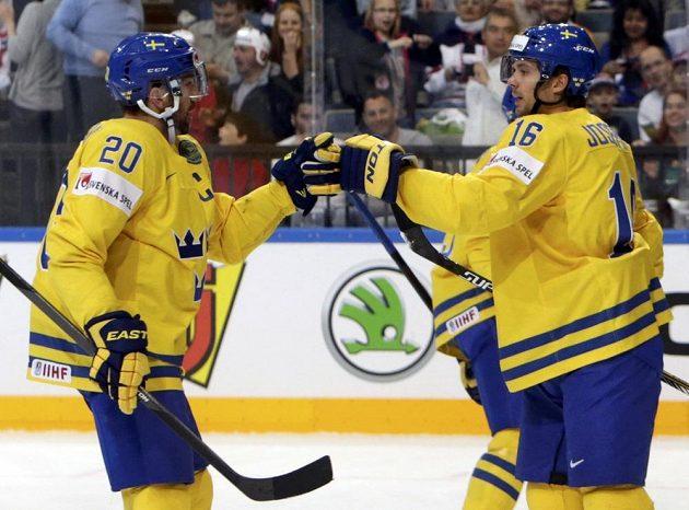 Švédští hokejisté Jacob Josefson (vpravo) a Joel Lundqvist (vpravo) slaví gól proti Francii během utkání mistrovství světa v Praze.