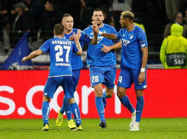 Obránce Pavel Kadeřábek slaví se spoluhráči. Český reprezentant pomohl gólem na 2:2 svému Hoffenheimu k remíze na hřišti Lyonu v Lize mistrů.