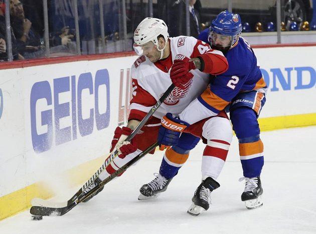 Detroitský Martin Frk (vlevo) a Nick Leddy z NY Islanders.
