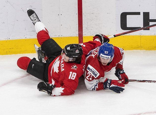 Tvrdý souboj ve čtvrtfinále MS. Kanaďan Peyton Krebs a Šimon Kubíček.