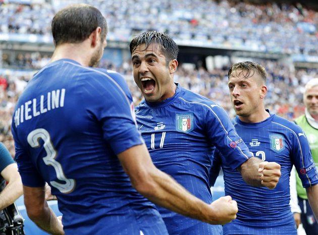 Italský střelec Giorgio Chiellini (vlevo) se raduje se spoluhráčem Ederem z gólu proti Španělsku.