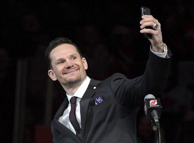 Bývalý útočník New Jersey Devils Patrik Eliáš si slávu v hale natáčel na telefon.