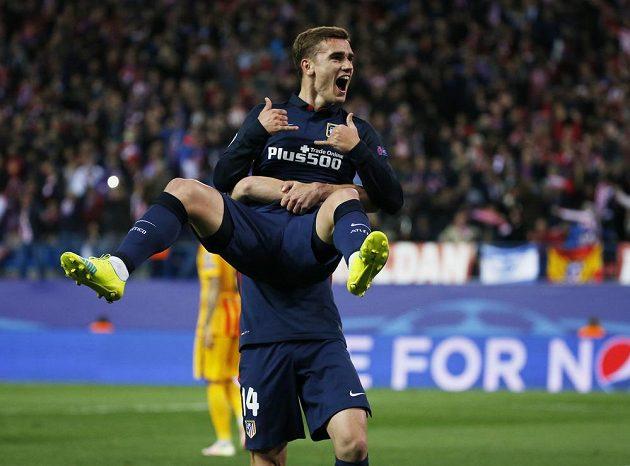 Antoine Griezmann z Atlétika jásá po gólu proti Barceloně.