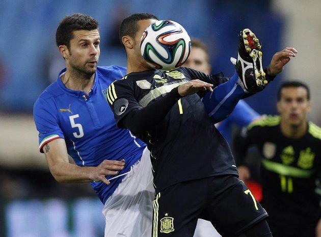 Španělský fotbalista Thiago Alcantara (vpravo) v souboji s italským fotbalistou Thiagem Mottou v přátelském utkání.