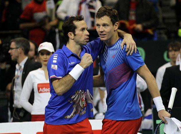 Radost Tomáše Berdycha (vpravo) a Radka Štěpánka po vítězství v klíčové čtyřhře.