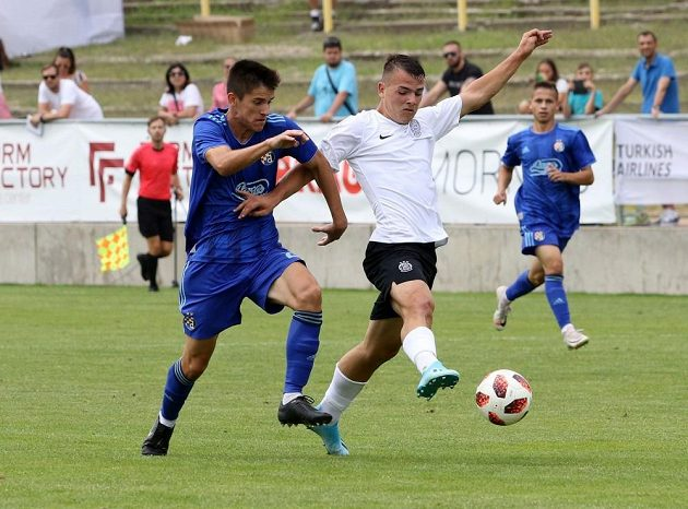 Václav Sejk, sparťanský útočník v bílém dresu, se snaží probít do šance.