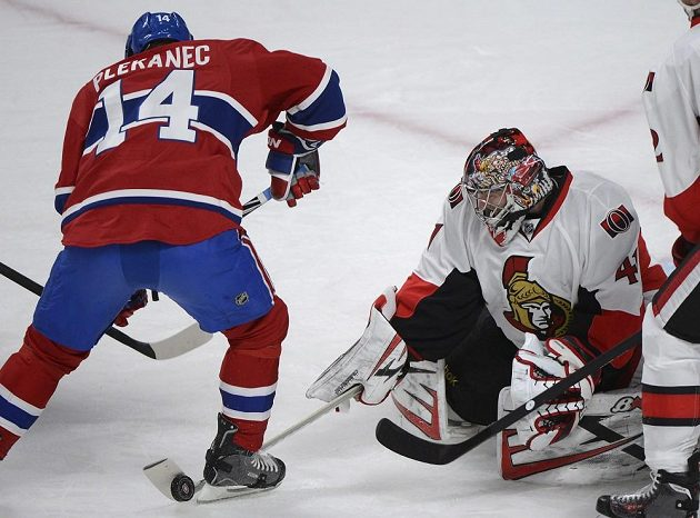 Útočník Montrealu Tomáš Plekanec (vlevo) se marně snaží propasírovat puk do sítě Ottawy.