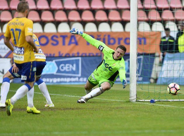 Teplický brankář Tomáš Grigar dostává v Příbrami rozhodující gól od Aidina Mahmutoviče..