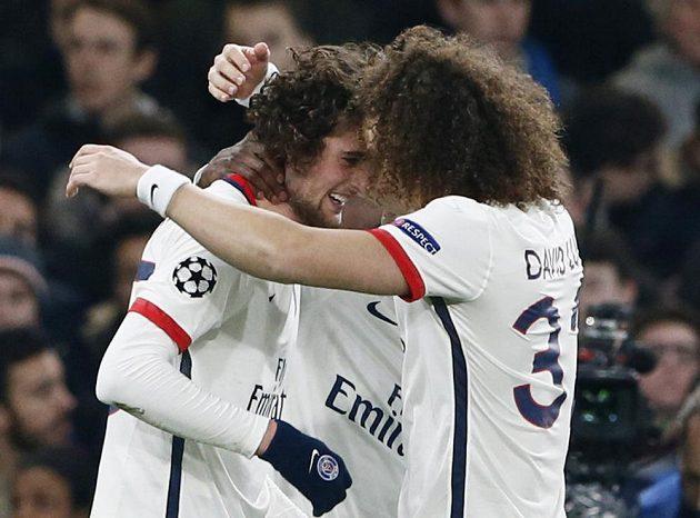 Adrien Rabiot (vlevo) a David Luiz z PSG slaví gól proti Chelsea.