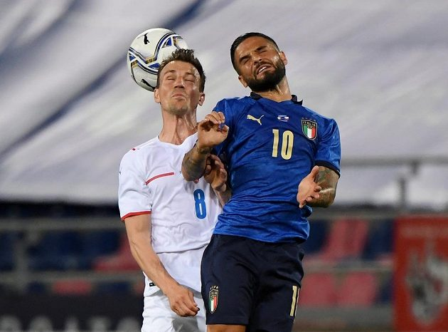 O míč bojují český kapitán Vladimír Darida (vlevo) a Ital Lorenzo Insigne.