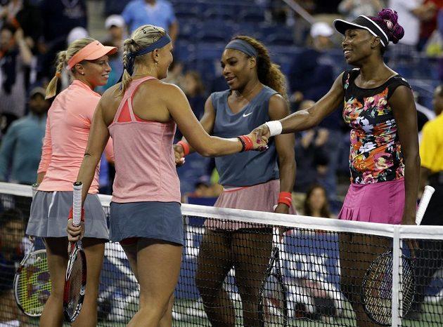 Sestry Williamsové gratulují českým tenistkám Hlaváčkové s Hradeckou (vpravo) k postupu.