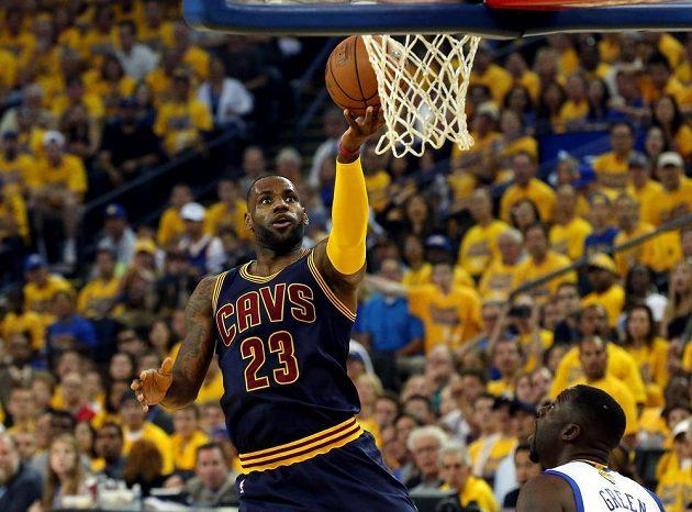 """LeBron James z Clevelandu dal v druhém finále NBA """"jen"""" 19 bodů."""