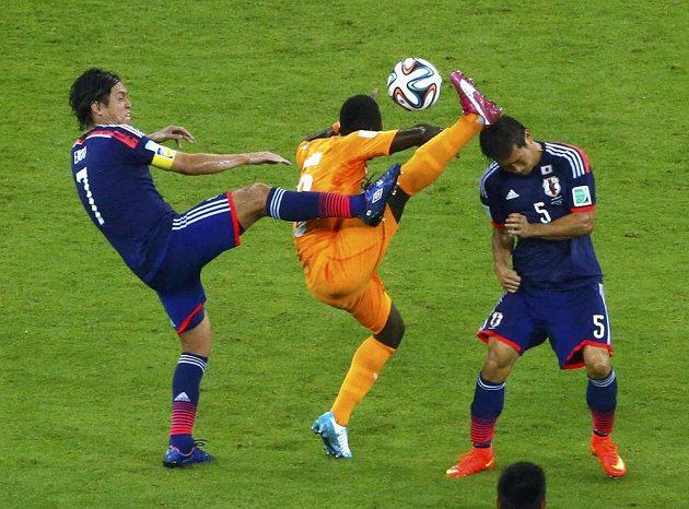 Japonci Endo a Nagatomo se pokouší připravit o míč Ya Konana z Pobřeží slonoviny.