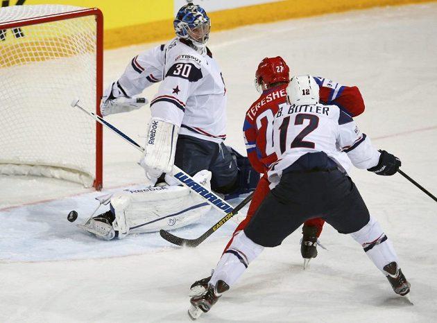 Ruský hokejový útočník Alexej Těreščenko (v červeném dresu) střílí gól americkému brankáři Benu Bishopovi (vlevo).