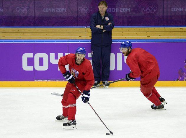 Čeští hokejisté Petr Nedvěd (vlevo) a Jiří Novotný na prvním tréninku v Soči. Vzadu přihlíží kouč Alois Hadamczik.