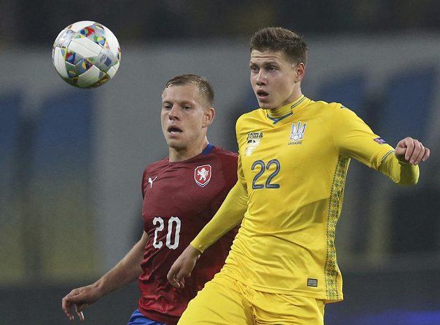 Matěj Vydra (vlevo) bojuje o míč s Olexandrem Karavajevem.
