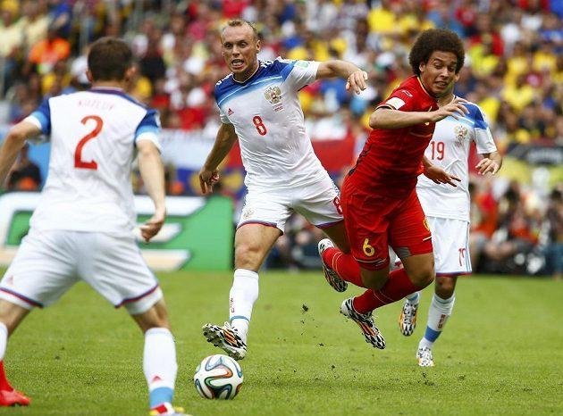 Rusové Denis Glušakov (číslo 8) a Alexej Kozlov (číslo 2) bojují s Belgičanem Witselem.