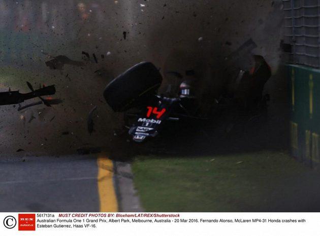 Španělský pilot Fernando Alonso z McLarenu při hrozivé nehodě během GP Austrálie.
