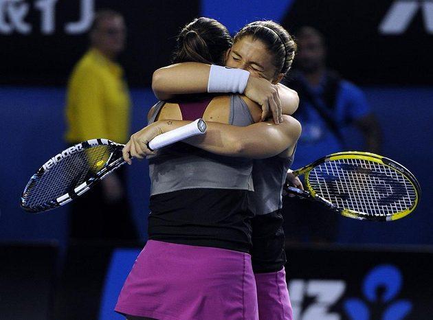 Italské deblistky slaví vítězství nad ruským párem Jekatěrina Makarovová a Jelena Vesninová.