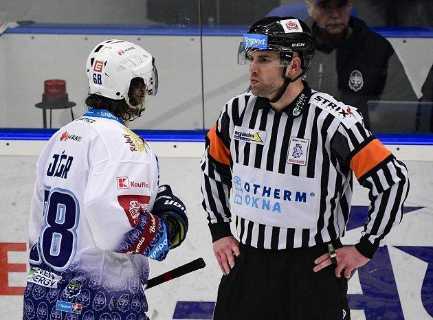 Jaromír Jágr z Kladna diskutuje s hlavním rozhodčím Antonínem Jeřábkem.