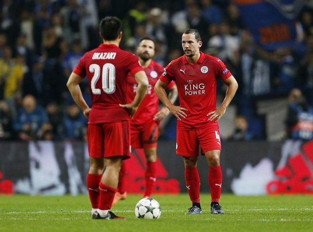 Zklamaní fotbalisté Leicesteru během duelu v Portu.