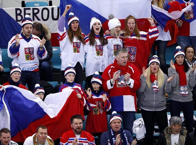 Čeští fanoušci při utkání s Kanadou v boji o olympijský bronz.