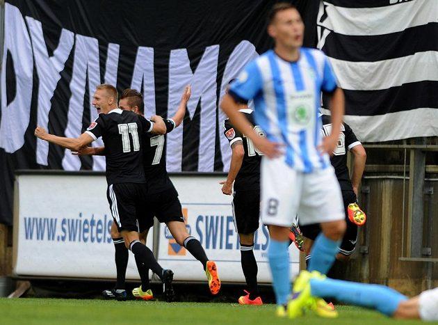 Českobudějovičtí hráči se radují z gólu v síti Mladé Boleslavi. Druhý zleva je autor branky Petr Benát.
