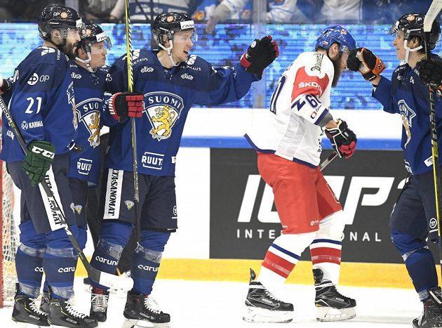 Finská radost. Jesse Virtanen, Toni Rajala, Antti Kalapudas a Anrei Hakulinen slaví gól Suomi v utkání Channel One Cupu proti Česku. Na snímku je i český reprezentant Adam Polášek.