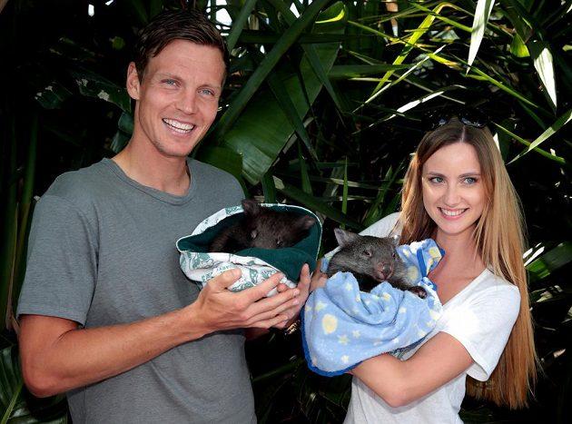 Tomáš Berdych se svou přítelkyní Ester Sátorovou pózují s mláďaty vombatů.